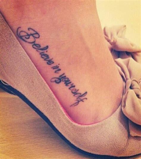 photo tatouage femme une phrase sur le pied