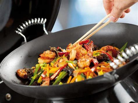 cuisiner avec un wok 3 recettes faciles de wok à préparer