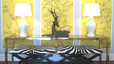 seni hiasan dinding warna kuning pun bisa menyenangkan
