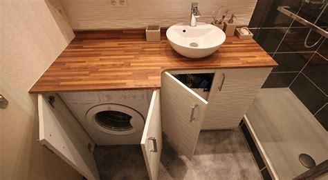 la cuisine dans le bain une salle de bains avec un meuble intégrant le lave linge