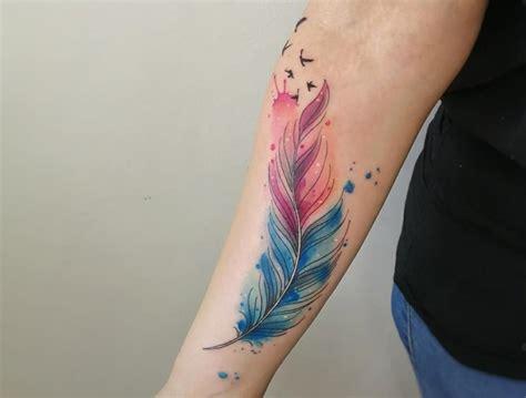 Tatuajes de plumas Significado diseños estilos y más de