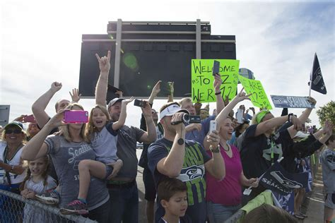 fans show  love  seahawks head  super bowl