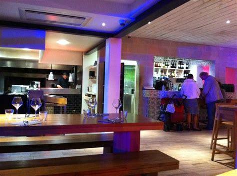 cuisine 10 anglet a gauche la cuisine à droite le bar photo de on a
