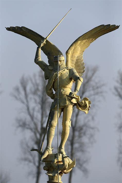 l archange du mont michel s envole pour retrouver or la croix