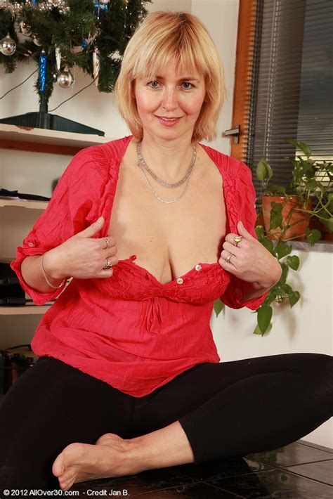 Alluring Milf Nella Display Her Natural Whammies Moms Archive
