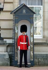 Le Garde D Arno : video shocking le garde qui fait le pitre sous les fen tres de la reine le blog du bureau ~ Dode.kayakingforconservation.com Idées de Décoration