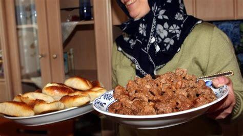ramadan ende  muslime feiern das zuckerfest mit