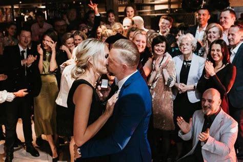 FOTO: Pilsētnieks savā 40 gadu jubilejā bildina mīļoto ...