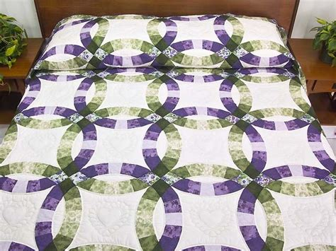 double wedding ring quilt a favorite lancaster quilt design with lovely lavender and green