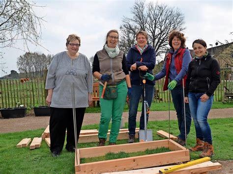 Bau Eines Hochbeetes by Hochbeet Bau Im Therapiegarten Haz Hannoversche Allgemeine