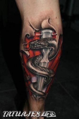 tatuajes realistas en las piernas