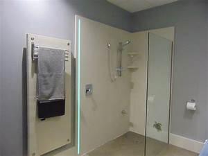 Douche italienne de beton poli avec insertion d39une bande for Porte de douche coulissante avec neon led salle de bain