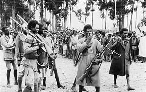 Fichier:Ethiopian men gather in Addis Ababa, heavily armed ...