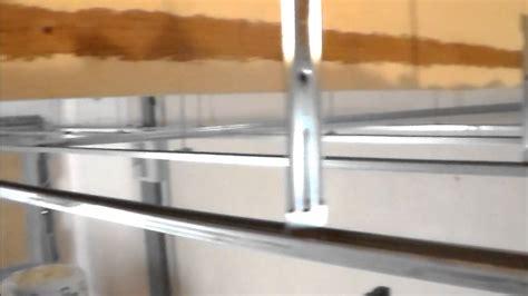 comment isoler un plafond garage pose de suspente fourrure et cavalier