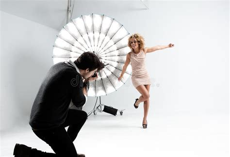 11934 professional photographer studio photographer working with a model in a professional