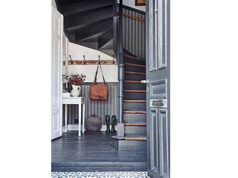 papier peint rayures dans la cage d escalier en colimacon