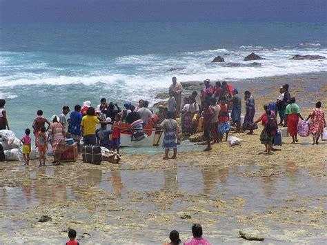 File:Cargo landing on Niutao Island, Tuvalu.JPG ...