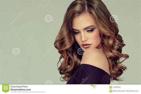 Idée Coiffure Cheveux Crépus Mi Femme D Une Chevelure De Brown Avec La Coiffure Volumineuse Brillante Et Boucl 233 E Cheveux Cr 233 Pus