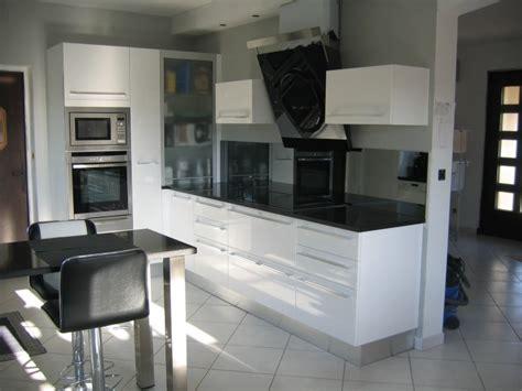 cuisine laquee blanche plan de travail cuisine blanche affordable la cuisine