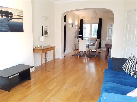 Excellent Three Bedroom House In Battersea With Private