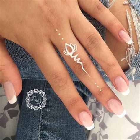 tatouage doigt femme tatouage  ete blanc lotus tatouage
