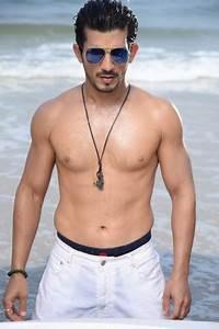 Body Temperature App Arjun Bijlani Raises Temperature In Shirtless Pics In Goa