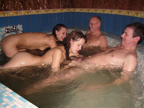 blowjobs in the hot tub - Amateur group sex - MOTHERLESS.COM