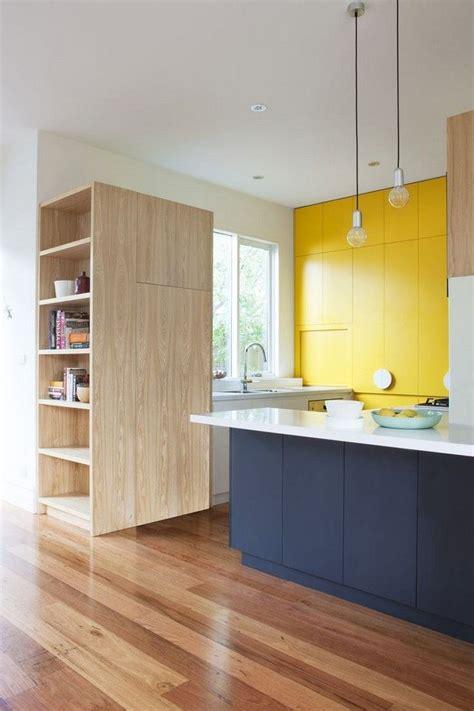 peinture armoire cuisine 17 meilleures idées à propos de armoires jaunes sur