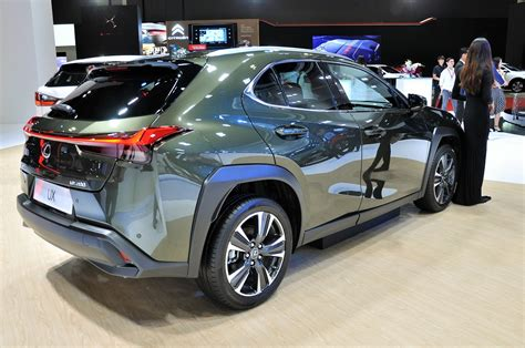 lexus displays ls concept car  ux es  rx