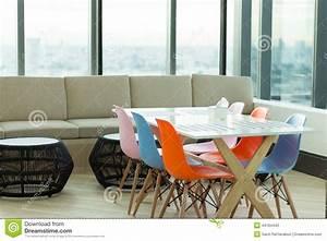 diner et chaise coloree de salon photo stock image 44764442 With salle À manger contemporaineavec chaises colorees