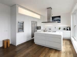 badezimmerfliesen hochglanz creme moderne kücheninsel möbelideen