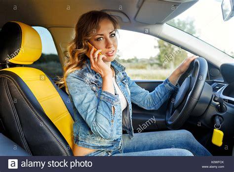 Ragazze Al Volante Giovane Ragazza Attraente Parlando Al Cellulare Ella Si