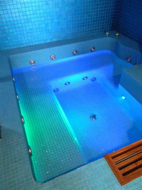 centro benessere con vasca idromassaggio in piscine wellness spa e centri benessere con idromassaggi