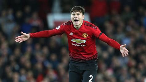 Manchester United's Victor Lindelof struggling with ...