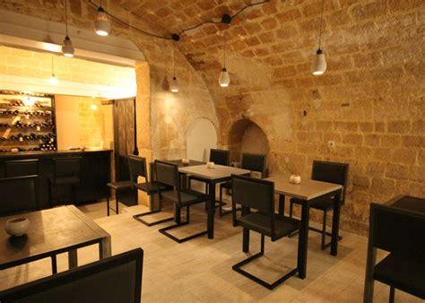 chaise de restaurant design pied tine mobilier les pieds sur la table