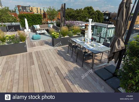 terrazze moderne lussuosa terrazza sul tetto a londra con legno duro