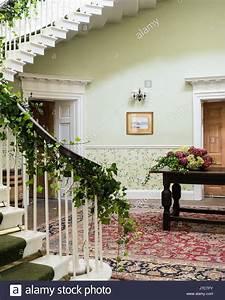 Grand Tapis D Entrée : escalier circulaire en grand hall d 39 entr e avec un tapis ivy a t enroul autour de la rampe ~ Teatrodelosmanantiales.com Idées de Décoration