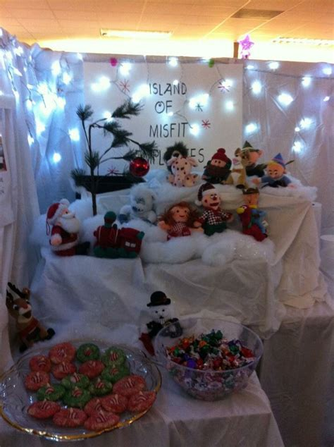 christmas decorations for the land of misfits island of misfit employees cubicle decoration cubicle decorating