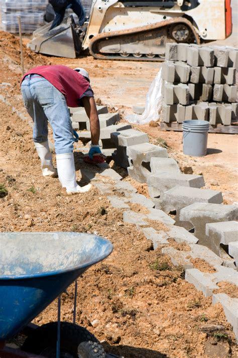 stützmauer bauen anleitung schalsteine st 252 tzmauer so wird sie gebaut