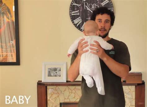 papa montre  facons differentes de porter  bebe