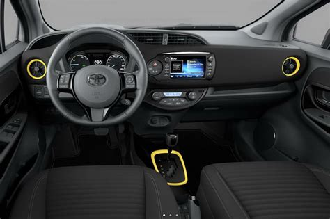 toyota yaris collection toyota yaris hybride collection jaune 2017 250 exemplaires photo 2 l argus