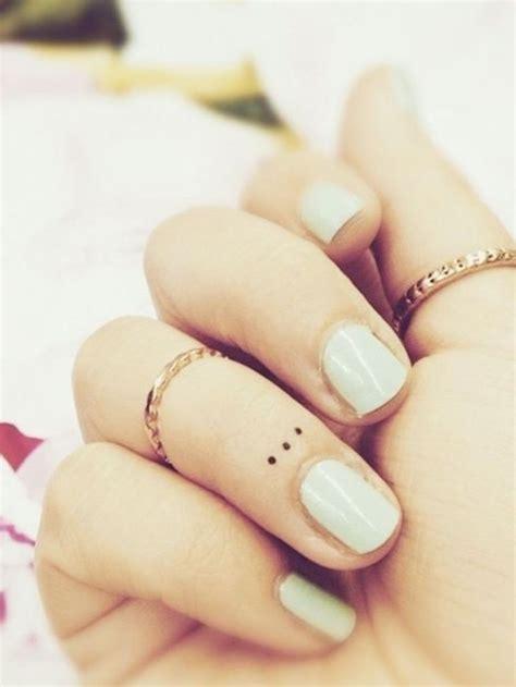 signification tatouage point sur les doigts tatouage