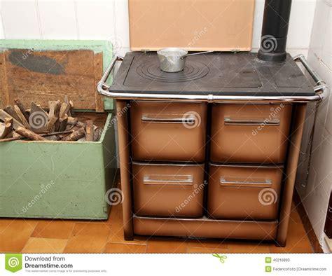 fourneau cuisine fourneau brûlant en bois dans une cuisine d 39 une maison 1 de montagne photo stock image