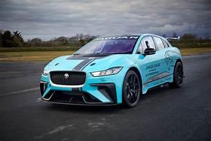 Jaguar I Pace : formula e founder alejandro agag introduces the jaguar i pace for this year 39 s electric racing ~ Medecine-chirurgie-esthetiques.com Avis de Voitures