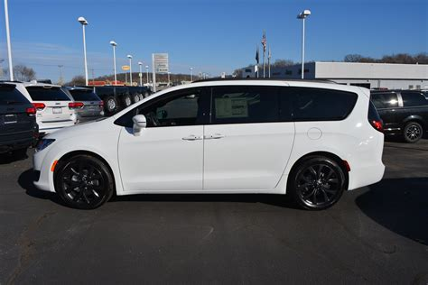 New 2018 CHRYSLER Pacifica Limited Passenger Van in Pekin