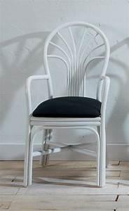 Chaise avec accoudoirs en rotin brin d39ouest for Meuble salle À manger avec chaise blanche de salle a manger