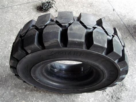 China Manufacturer Flatless Industrial Solid Forklift Tire