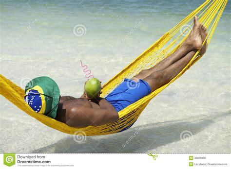uomo  spiaggia brasiliana dellamaca  la noce