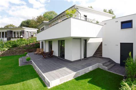 Moderne Häuser Mit überdachter Terrasse by Terrasse Mit Stufen Zum Garten