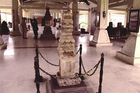 melihat koleksi sejarah majapahit  museum trowulan